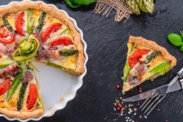 Rezept: Spargel-Quiche mit Tomaten und Speck