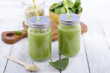 Rezept: Grüner Smoothie mit Hanfsamen, Glas, Spinat und Matcha