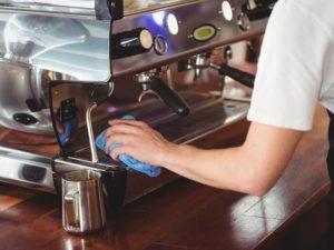 Kaffeemaschine entkalken und reinigen: So geht's