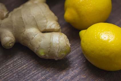 Zitronenwasser mit Ingwer